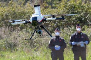 Talianski Carabinieri (polícia) s dronom na kontrolu pohybu ľudí v parku  Caffarella v Ríme 25. marca 2020.