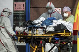 Pacienta z Talianska sa po prevoze do Lipska ujímajú nemeckí zdravotníci.