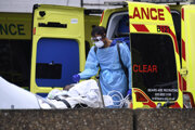 Pacient s koronavírusom pri prevoze do nemocnice v Londýne.