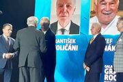 František Okoličáni si preberá cenu Fair play MUDr. Ivana Chodáka.