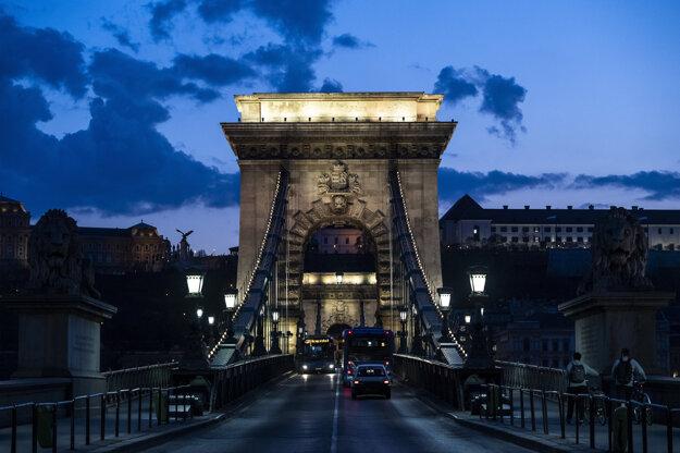 Sečéniho reťazový most je osvetlený na bielo na počesť lekárom, zdravotným sestrám a zdravotníckemu personálu, ktorí pracujú počas pandémie koronavírusu v Budapešti.