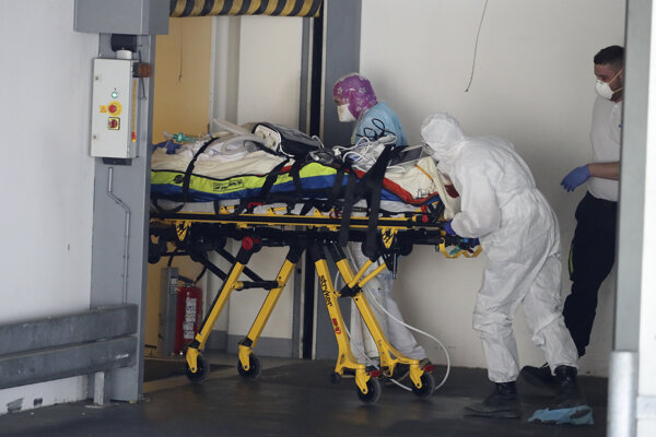 Prevoz pacienta vo francúzskom Rennes.