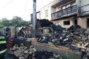 Majiteľ pozemku si pod elektrickým vedením postavil kôlňu na drevo. Skrat prepálil vedenie, ktoré na ňu spadlo a spôsobilo požiar.