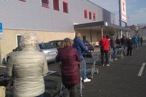 Sobota 4. 4. tesne pred 9.00 hod. Tí, čo ešte nie sú dôchodcovia, sa snažili stihnúť nákup.