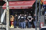 Policajti na ulici, kde k útoku došlo.