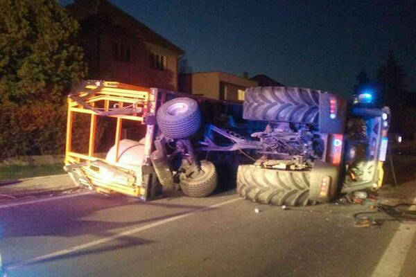Traktor sa prevrátil na štátnej ceste 1/69.