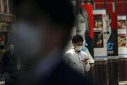 """Japonský premiér Šinzó Abe vyhlásil, že krajina je na """"pokraji"""" mimoriadnej situácie."""