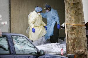 Zdravotníci v Brooklyne s obeťami nákazy.