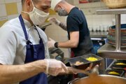 Zamestnanci reštaurácií zažívajú krízu. Proti prepúšťaniu bojujú niektoré zavedením donášky či osobného odberu.