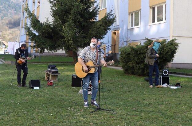 Žiarska kapela JankoKulich& Kolegium koncertuje pod oknami vo Vyhnniach pri Žiari nad Hronom.
