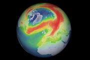 """Simulácia ozónovej diery nad Arktídou na základe údajov z družice Sentinel-5P. Farby ukazujú koncentráciu ozónu v atmosfére. Červená predstavuje najvyššiu koncentráciu, zelená strednú a modrá nízku. Oblasť obklopená červenou """"škvrnou"""" je teda ozónová diera."""