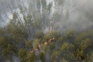 Pohľad na lesný požiar v uzavretej zóne okolo Černobyľskej jadrovej elektrárne.