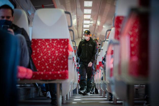 Kontrola vo vlaku počas obmedzenia pohybu ľudí.