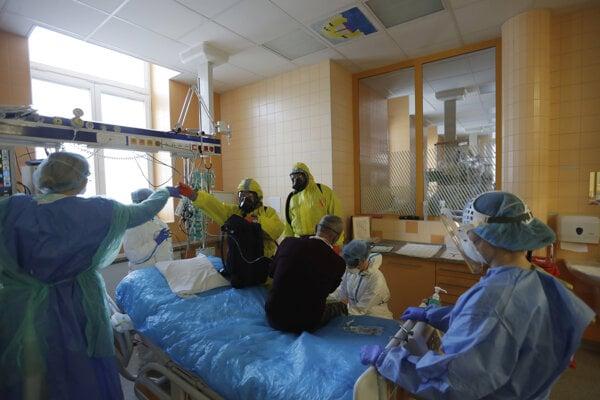 Zdravotný personál prijíma pacienta s ochorením COVID-19 na jednotke intenzívnej starostlivosti v pražskej univerzinej nemocnici.