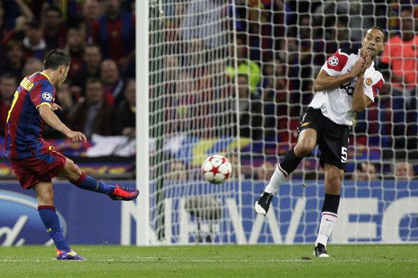 Rio Ferdinand (vpravo) v zápase proti FC Barcelona.