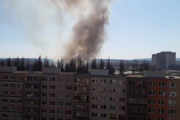 Dym z požiaru na sídlisku Nad jazerom.