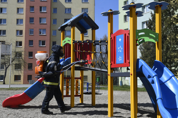 Dezinfekcia detského ihriska na sídlisku Sekčov.
