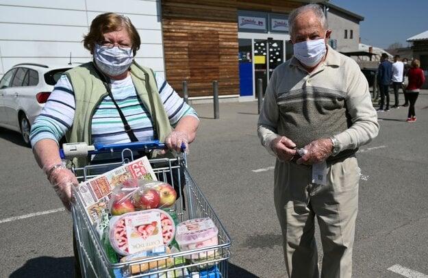Nákupy seniorov nad 65 rokov vo vyhradenom čase od 09.00 do 12.00 hodiny pred supermarketom v meste Sečovce.