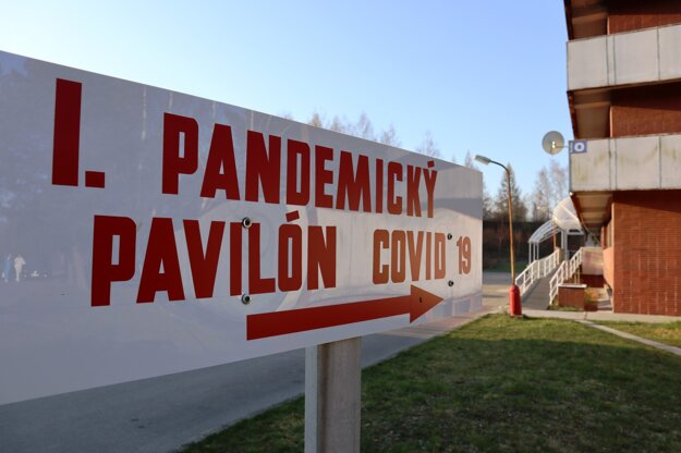 Informačná tabuľa vedúca k prvému pandemickému pavilónu COVID-19 v žilinskej nemocnici počas jeho uvedenia do prevádzky.