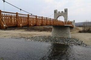 Most bol navrhnutý tak, aby bol odkazom na Šarišský hrad.