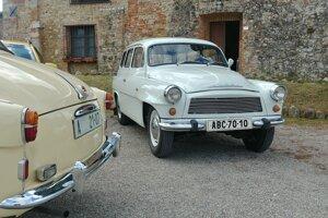 Biela Octavia Combi z roku 1968 a krémový sedan z roku 1959.