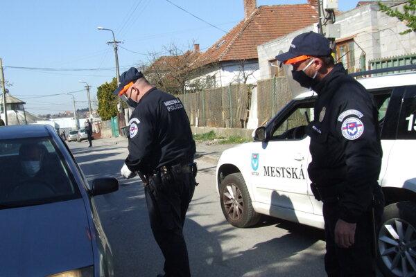 Hliadka mestskej polície pri kontrolnej činnosti.