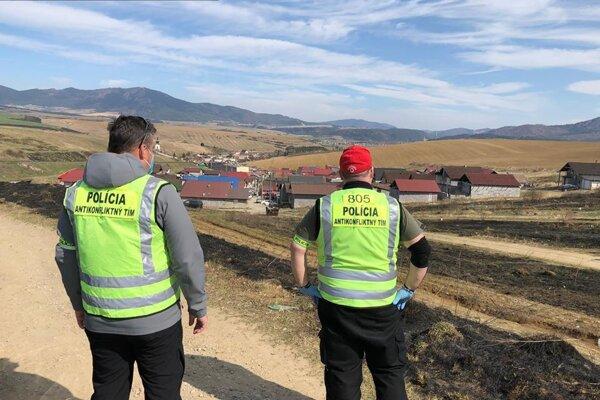 Polícia stráži osady v karanténe.