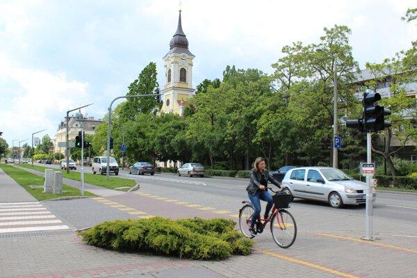 Cyklochodník v centre maďarského mesta Szarvas.