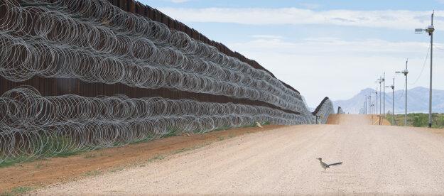 Alejandro Prieto  získal druhú cenu v kategórii Príroda.  Na snímke je hraničný priechod v Naco v Arizone v USA.