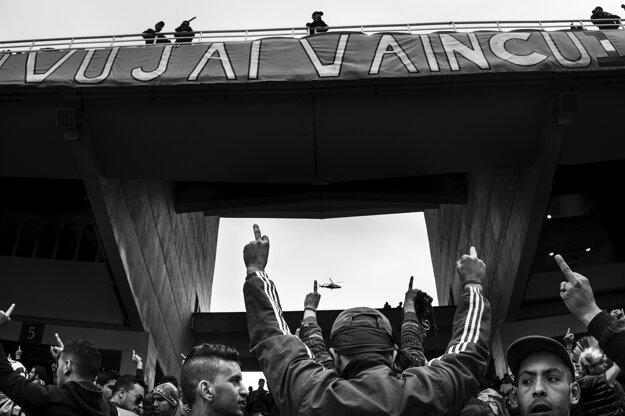 Romain Laurendeau  získal cenu World Press Photo Story of the Year a prvú cenu v kategórii Long Term Projects,. Ultras skandujú počas finále Alžírskeho pohára v Alžíril.