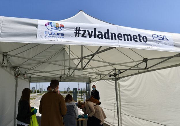 Vstup do areálu automobilového závodu spoločnosti Groupe PSA na Slovensku počas prehliadky.