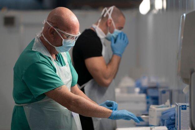 Počet ľudí, ktorí v Británii zomreli na nákazu novým koronavírusom, stúpol v piatok o 847 na celkovo 14 576 osôb. Za posledných 24 hodín bolo v Británii na ochorenie COVID-19 pozitívne testovaných ďalších 5599 ľudí, takže celkový počet nakazených v ostrovnej krajine je takmer 109-tisíc.