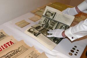 Dobové dokumenty a mince nájdené v dvoch tubách v makovici pod krížom.