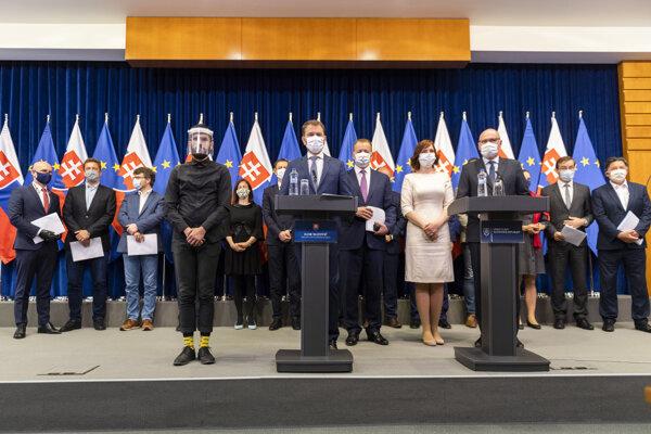 Členovia vlády počas tlačovej konferencie.