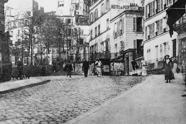 Román Cudzinec napísal v roku 1940 po príchode z Alžírska do Paríža na Montmartri v starom hoteli Hôtel du Poirier.
