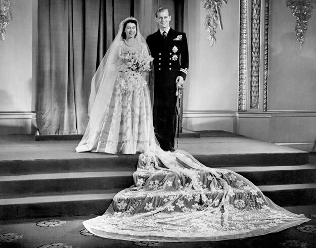 Na svadobnej snímke je princezná Alžbeta a poručík Filip Mountbatten, v Buckinghamskom paláci v Londýne po ich svadobnom obrade 20. novembra 1947.