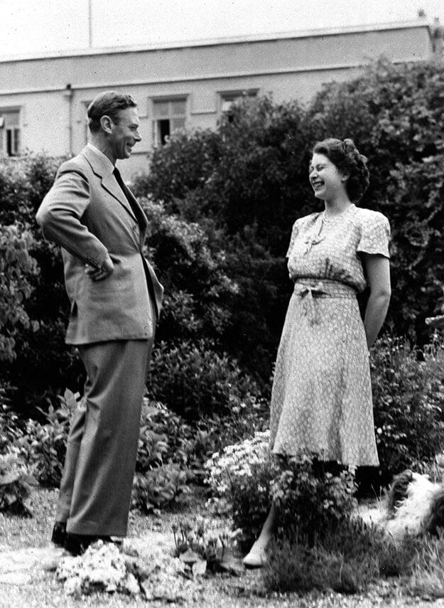 Na snímke z 20. augusta 1946 britská princezná Alžbeta a jej otec, britský kráľ Juraj VI., vo Windsore.