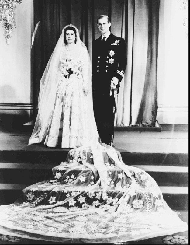 Na snímke z 20. novembra  1947 britská korunná princezná Alžbeta a jej manžel vojvoda z Edinburghu pózujú po sobáši z Westminsterského opátstva v Londýne.