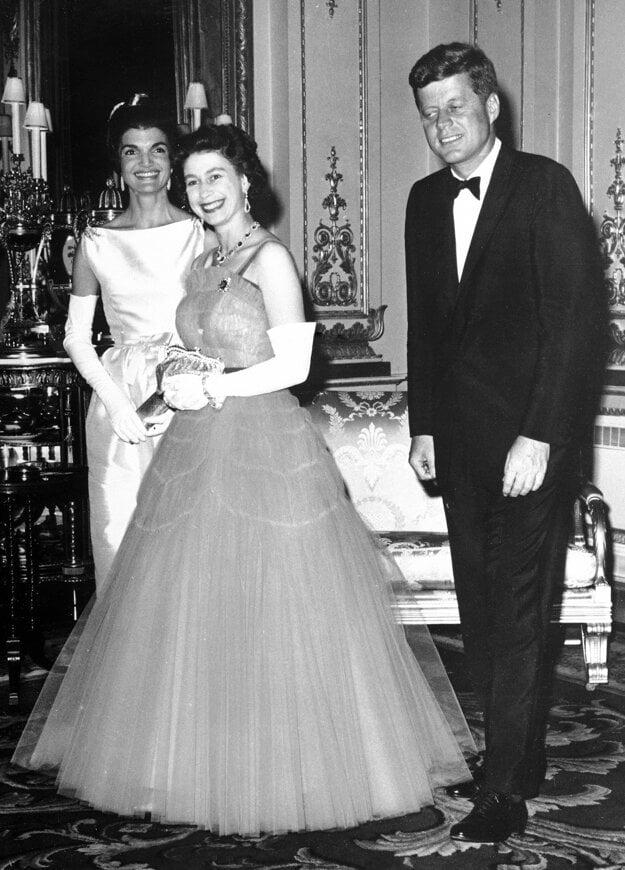 Na snímke z 5. júna 1961 britská kráľovná Alžbeta II., americký prezident John F. Kennedy a jeho manželka Jacqueline Kennedyová kráčajú cez predsieň Buckinghamského paláca v Londýne.