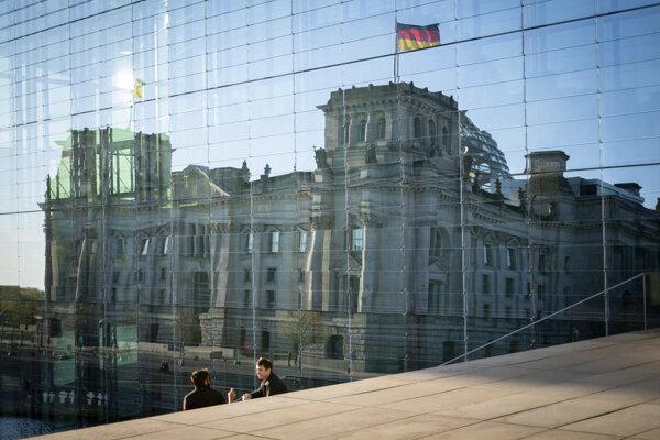 Na budove Reichstagu v Berlíne sa odráža Elisabeth-L'ders-Haus.