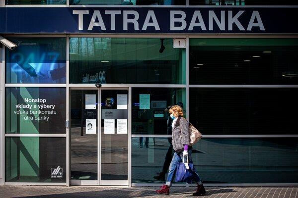 Úver banky úročia aj počas odkladu splátok a tieto úroky spolu s odloženými splátkami bude musieť človek neskôr zaplatiť.