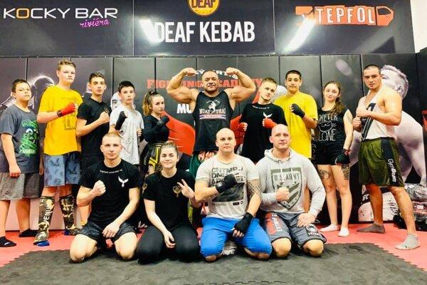 Fighting Academy Veľký Krtíš. Hore v strede Pavel Berky.