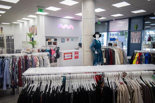 Pandémia koronavírusu zatvorila obchody. Teraz sa postupne rozbiehajú, zákazníci zatiaľ chýbajú.