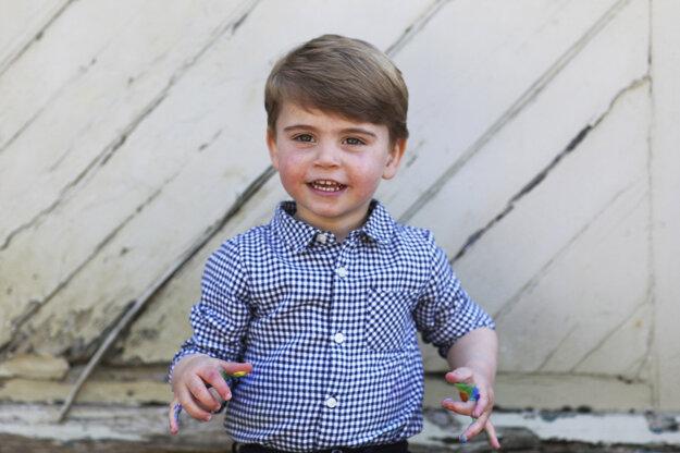 Britský princ Louis pózuje pri príležitosti svojich druhých narodenín.