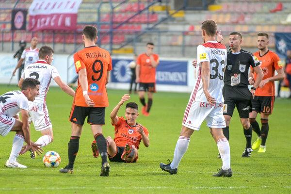 Bálint Kišš (v čiernom) si vyskúšal aj rozhodovanie vnajvyššej slovenskej súťaži, keďže na jeseň odpískal zápas medzi Ružomberkom aTrenčínom. Priamy prenos si mohli diváci pozrieť na konci októbra.