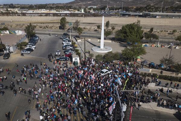 Skupina migrantov na hraničnom priechode Chaparral v Tijuane v Mexiku.
