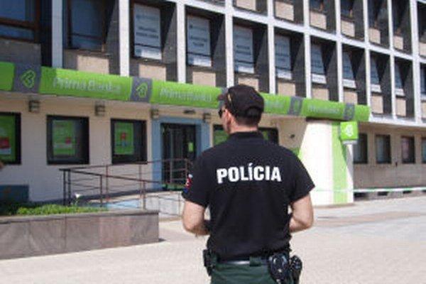Polícia opáskovala aj okolie Prima banky v Žiari nad Hronom.