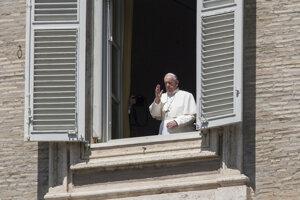 Pápež František dal svoje tradičné nedeľné požehnanie z okna pred prázdnym vatikánskym Námestím svätého Petra.