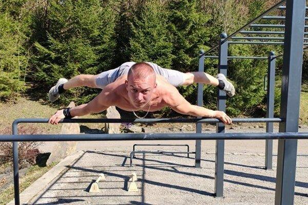 Dominik Klimek pri cvičení.