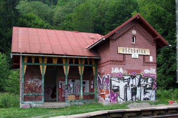Čakáreň o výmere 25,55 m2 v budove železničnej stanice Oščadnica (vyvolávacia cena 306,60 €)
